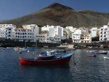 This image from the tourist bureau gives quite a good perspective on the island of El Hierro and La Restinga. One just need to lift the eyes to see the volcanic edifices looming over the villcage.