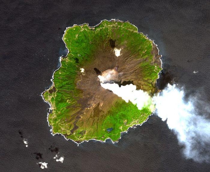 Image Wikimedia Commons: Miyake-jima, 2001-04-01