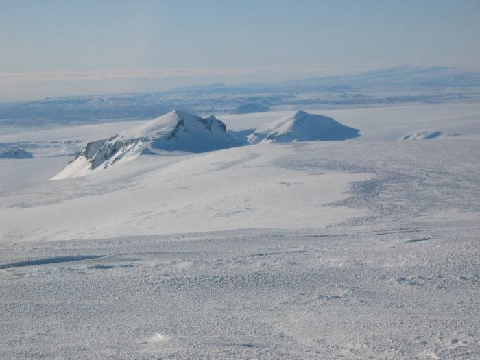Photopgraph by Bolli Valgarðsson showing the magnificent Geirvörtur of Iceland.