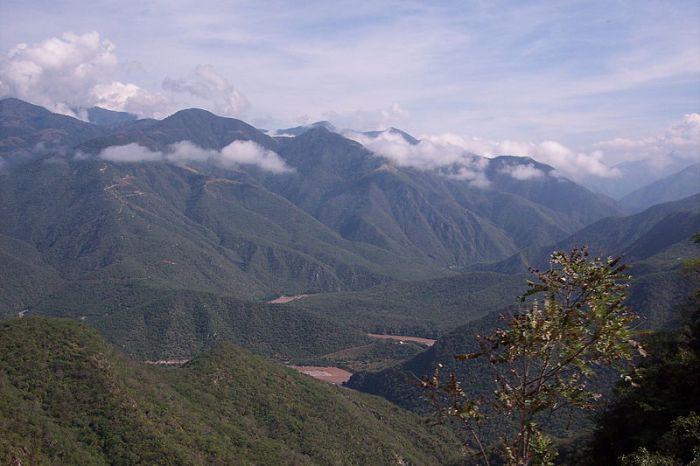 Fig 2: Sierra Madre Occidental.  Image by Christian Frausto Bernal, http://en.wikipedia.org/wiki/File:Sierra_Madre_Occidental.jpg (published under WikiCommons)