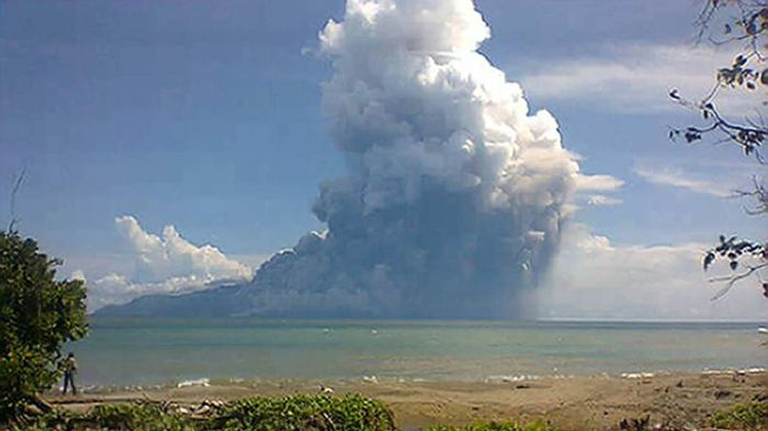 The deadly pyroclastic flow caused by the collapsing dome.