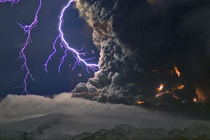 "Fig 1. ""The Thunderbolts of Zeus"". One of the amazing photographs taken by the incomparable Marco Fulle, often reproduced on the Internet without giving credit to this wonderful photographer."