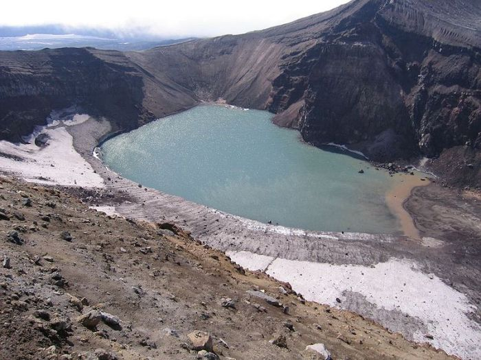 Partial view of the massive caldera of Gorely. Image from Wikimedia Commons.