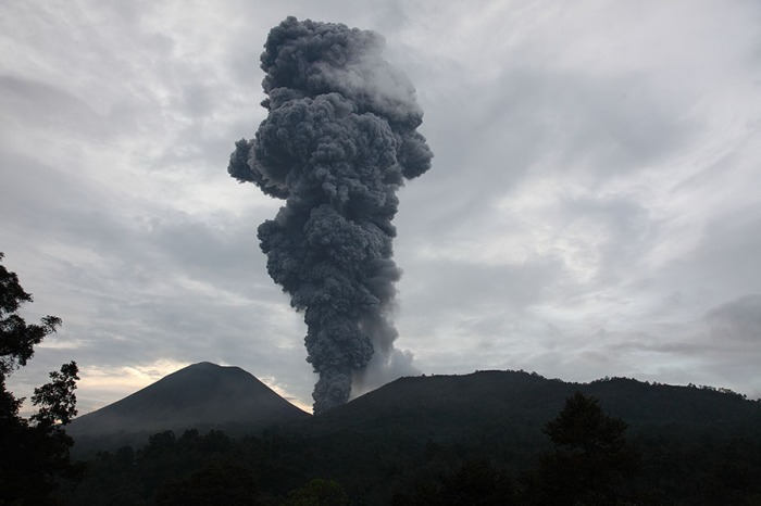 Photography by Dr. Richard Roscoe and duly borrowed from his fantastic site Photovolcanica. This picture is from an eruptive phase in june 2012. Please notice the location of the Tompaluan vent between the volcanoes of Lokon and Empung.