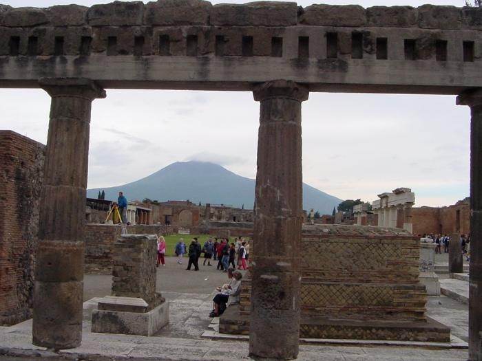 Pompeii.Vesuvius_from_the_forum