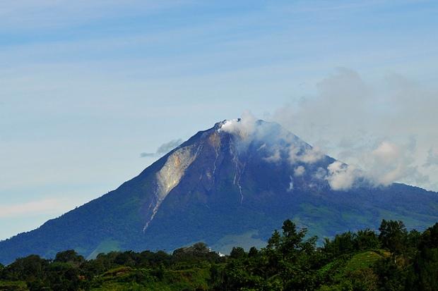Mount Sinabung from Simpang Empat, North Sumatra. Image by Drriss & Marrionn via Flickr.