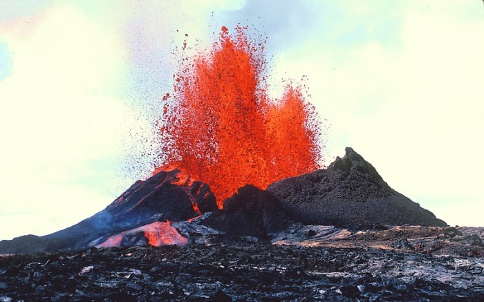 Typical Hawai'ian eruption with fire curtains and lava flood.