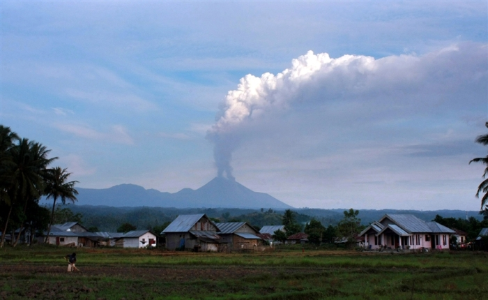 Image by Andreas / AFP – Getty Images. Soputan, a flank strato volcano of Tondano erupting in 2012. This is how a truly active supervolcano behaves.