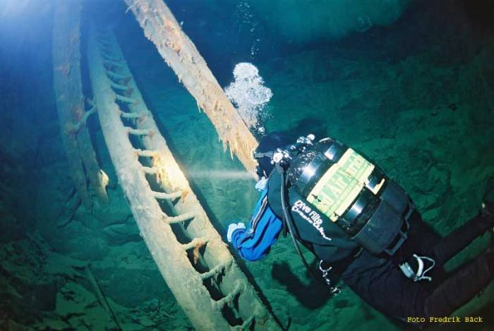 The greenish tinge is caused by the disolved copper in the water. I hope that the divers went through proper decontamination after the dive. Photograph by Fredrik Bäck.