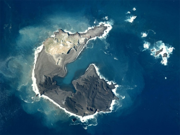 Image of Nishinoshima from 1978. Picture from Wikimedia Commons.