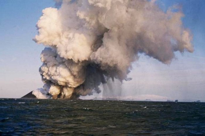 View from the distance of the ash column. Something like this was observed from the trawler by the cook.