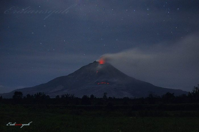 The lava lobe is well visible deep down on the flank. Photograph by Erdyan Naburju.