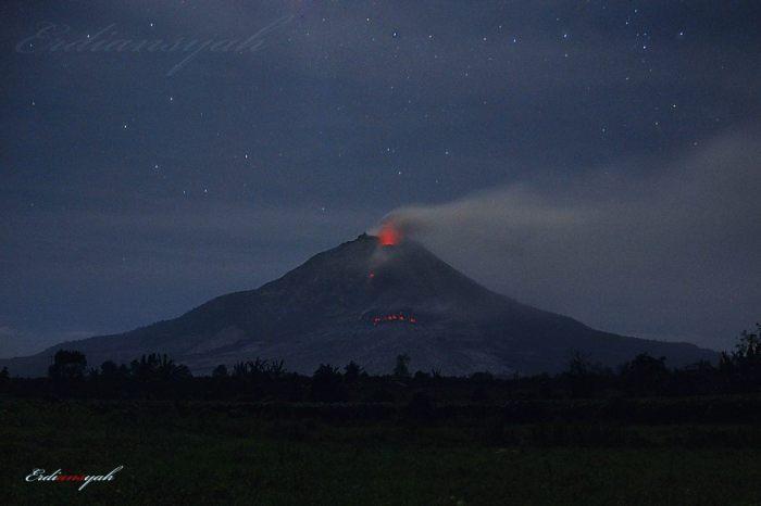 The lava lobe is well visible deep down on the flank. Photograph by Erdyan Naburju.
