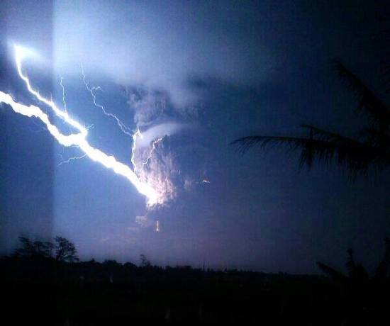 The massive plume high-lighted by powerfull lightning. Unknown photographer.