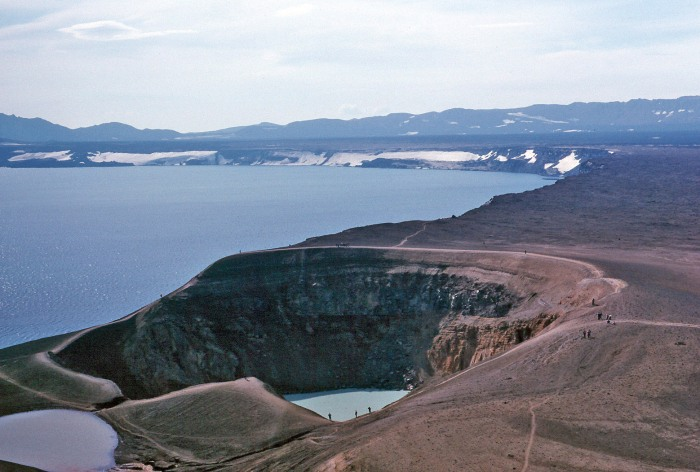 The crater of Viti infront of the Caldera of Öskjuvatn all of it inside the two Calderas of Askja. Photograph by Wolfgangbayer, taken from Wikimedia Commons.