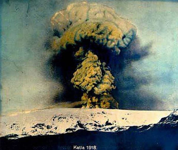 Hand coloured image of the VEI-4 1918 eruption of Katla. It was the largest explosive eruption on Iceland during the last century, only the 2011 Grimsvötn eruption was larger.