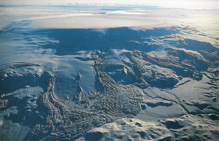 The almost obscenely inconspicious volcano of Bárdarbunga seen in all it's icy glory.