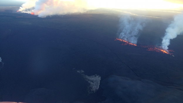 An aerial view from over Dyngjujökull with the new rift at right and the older rift at upper left. (credits ???)