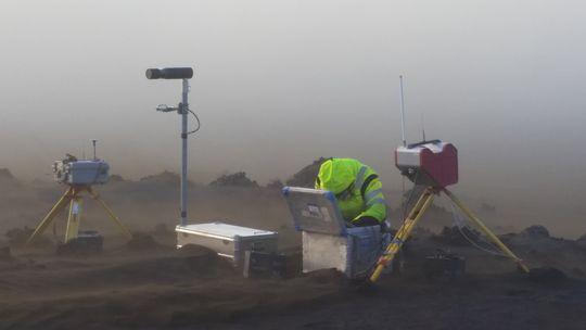 Thorgils-skiptir-um-geyma-a-hita-myndavel við nýja hraunið í Holuhrauni 2. september 2014. (Baldur Bergsson, IMO)