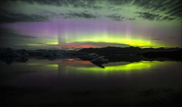 The eruption seen from Jökulsarlón south of Vatnajökull glacier. (Martin Schultz, MBL)