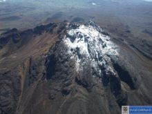 The summit of Volcan Chiles 29 Dec 2005. The cirque to the left is probably the result of glacial erosion and not the result of explosive activity or collapse. (Ingeominas.)